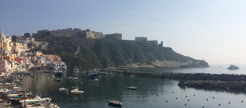traghetti Procida Napoli oggi